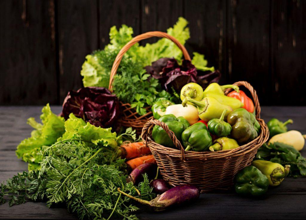 post warzywno-owocowy koszyk z warzywami